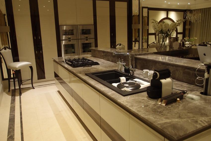 Кухня с мраморными столешницами совмещена с большим обеденным залом