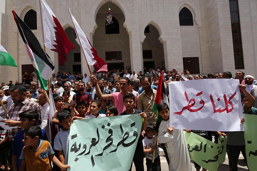 Палестинцы на митинге в поддержку Катара в южной части сектора Газа