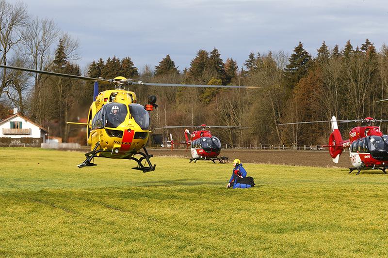Вертолеты спасательных служб наместе столкновения двух пассажирских поездов