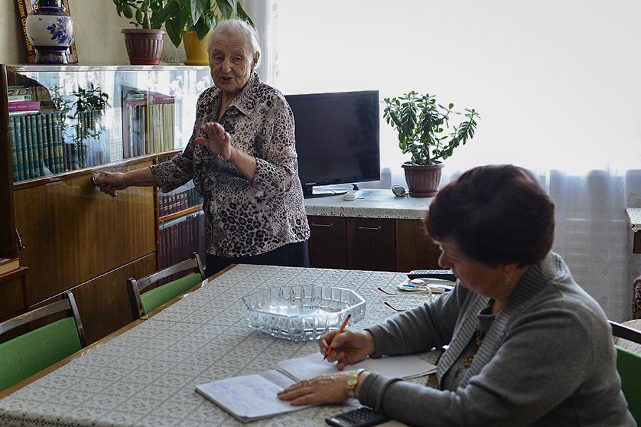 Социальный работник в квартире ветерана Великой Отечественной войны
