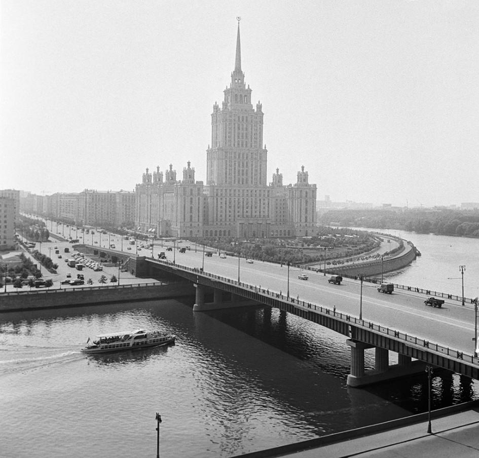 Вид на Новоарбатский мост и гостиницу «Украина». 1963 год