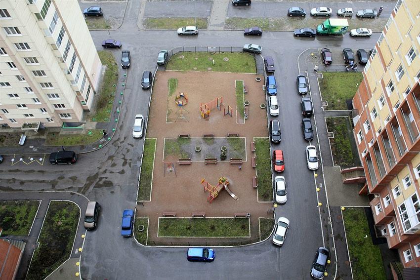 Согласно проведенным компанией «Миэль-Новостройки» исследованиям на предмет обеспеченности новостроек Москвы (в старых границах) парковочными местами, на практике этот показатель в целом составляет около 1,24. По сегментам цифры получаются ниже нормативных – в среднем 0,97 машино-места на квартиру в экономклассе и 1,33 – в бизнес-классе