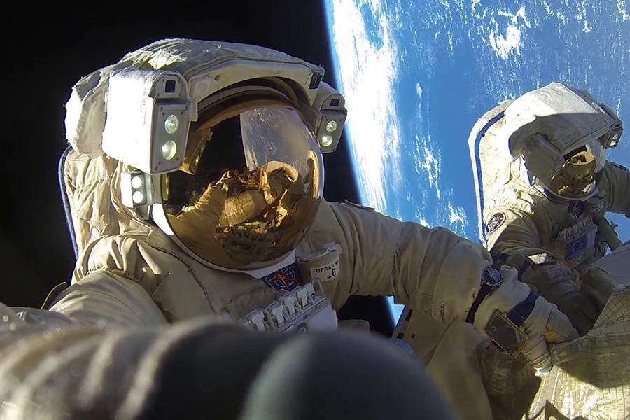 Космонавты во время работы за пределами Международной космической станции