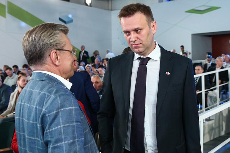 Оппозиционер Алексей Навальный (справа) перед началом годового общего собрания акционеров Сбербанка