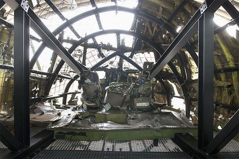 Кабина пилотов всобранном почастям фюзеляжеразбившегося Boeing 777 малайзийской авиакомпании Malaysia Airlines