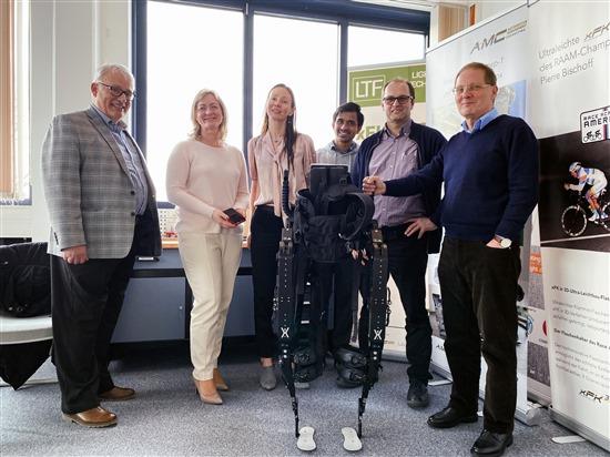 Экзоскелеты компании ExoAtlet помогают встать на ноги людям с травмами спинного мозга, перенесенным инсультом и другими нарушениями