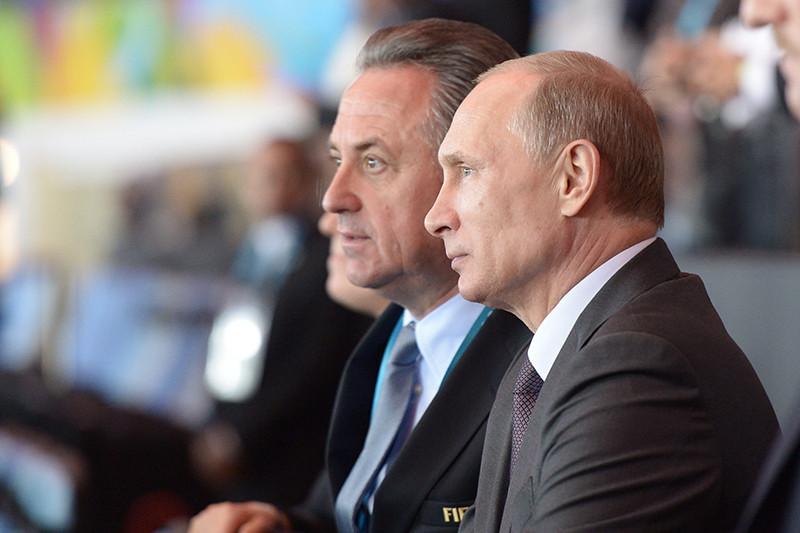 Виталий Мутко и Владимир Путин во время торжественной церемонии закрытия чемпионата мира по футболу 2014 года на стадионе «Маракана»