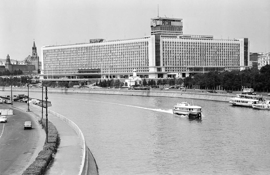 Вид на гостиницу «Россия» в 1971 году