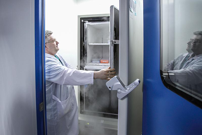 В этом холодильнике сотрудники «Медсинтеза» хранят российскую бактерию Escherichia coli, изкоторой производится генно-инженерный инсулин человека. Штамм бактерии уже запатентован. Осталось достроить цех иполучить необходимые дляначала промышленного производства документы