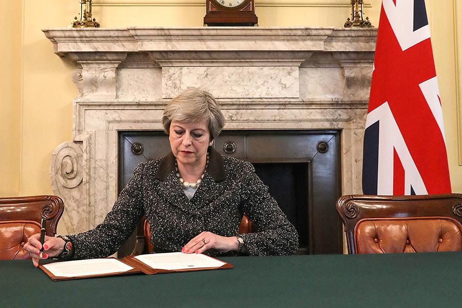 Премьер-министр Великобритании Тереза Мэй подписывает письмо, уведомляющее Евросоюз озапуске Brexit