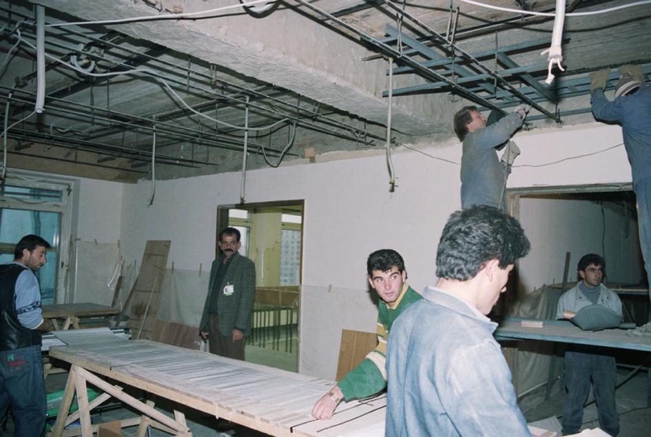 Рабочие во время восстановительного ремонта Белого дома