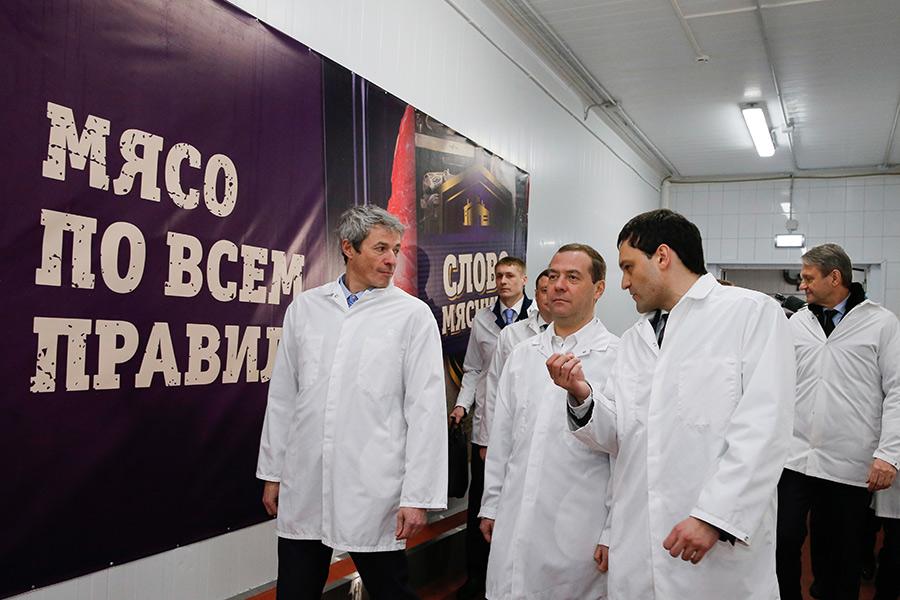 Дмитрий Медведев вовремя посещения мясоперерабатывающего комбината «Тамбовский бекон»