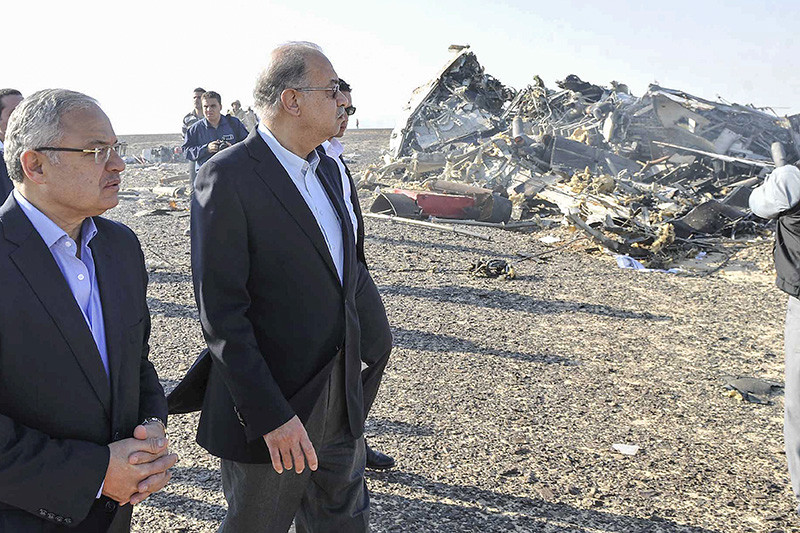 Премьер-министр Египта Шариф Исмаил и министр туризма республики Хишам Зазу (справа налево) рядом с обломками российского А321