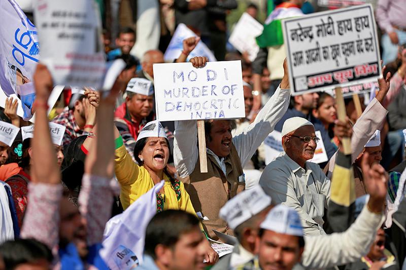 Протесты вНью-Дели противизъятия изоборота купюр достоинством 500 и1тыс. рупий. 28 ноября 2016 года