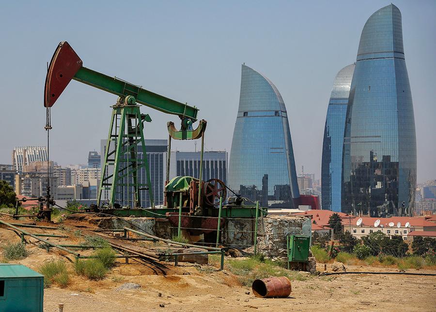 Нефтяная качалка в Баку,Азербайджан. 25 июня 2015 года