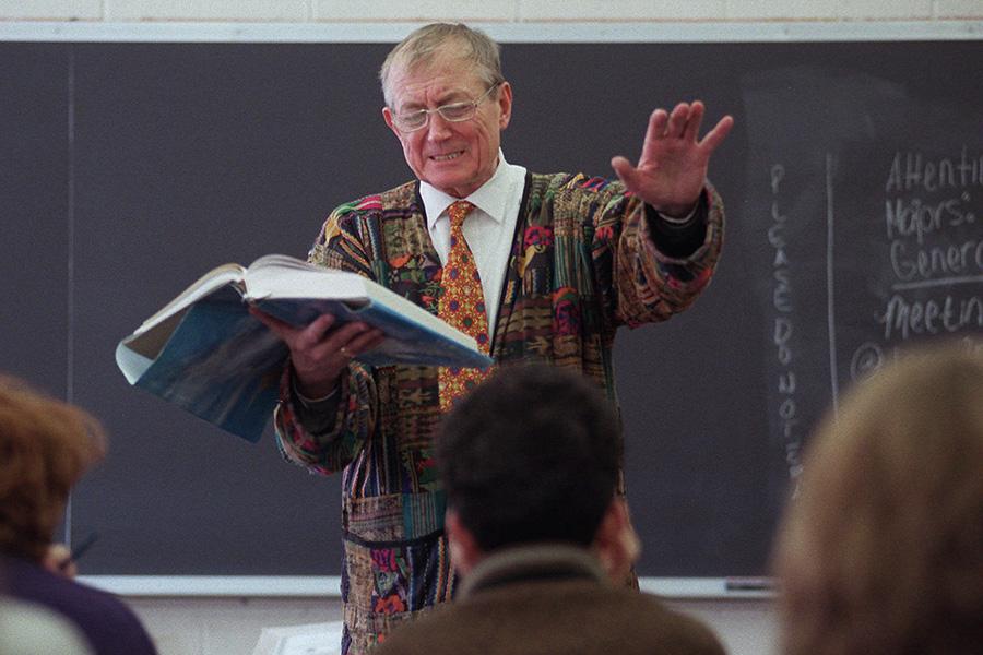 Евгений Евтушенко вовремя лекции вКвинс-колледже вНью-Йорке. 7 февраля 1996 года