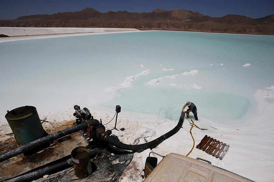 Рабочий на литиевом заводе в пустыне Атакама, Чили