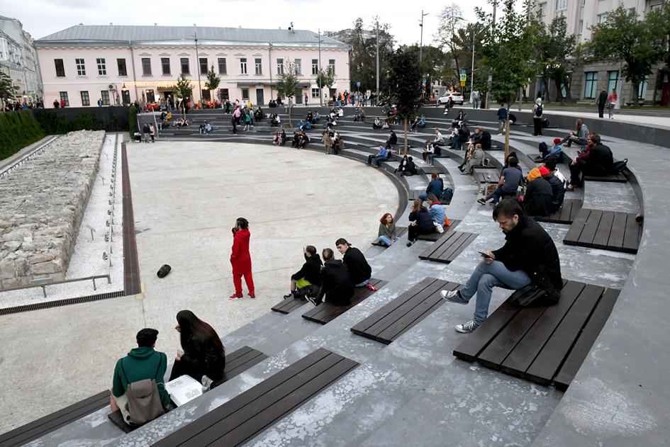 Горожане на территории общественного пространства «Яма» на Хохловской площади
