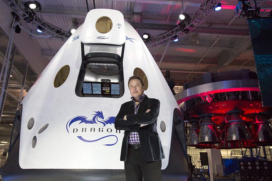 Илон Маск рядом с космическим кораблемDragon V2