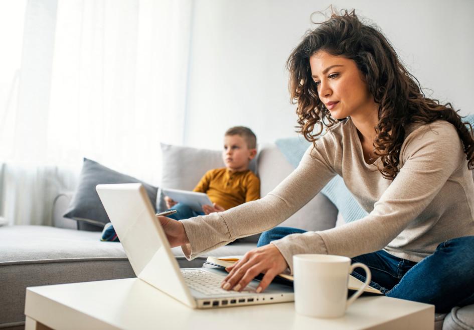 Согласитесь, диван в гостиной — не самое удобное рабочее место