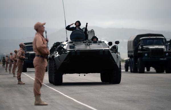 БТР-82А механизированной колонны войск вовремя тренировки квоенному параду, посвященному 71-й годовщине Победы вВеликой Отечественной войне, наавиабазе «Хмеймим» вСирии