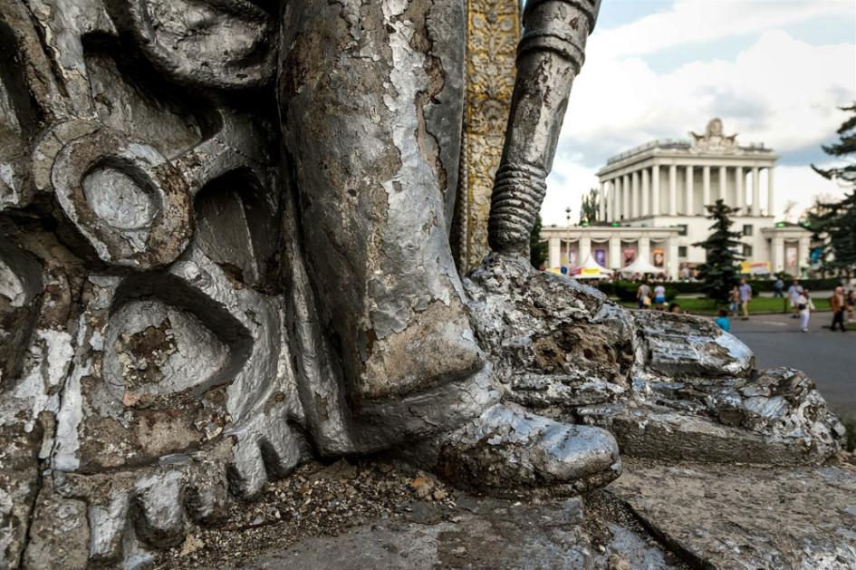 Частично риунированная сткульптура павильона Украина.