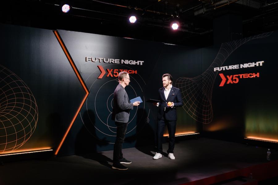 Модератор дискуссии Максим Кашулинский (слева) и ведущий Никита Макаров