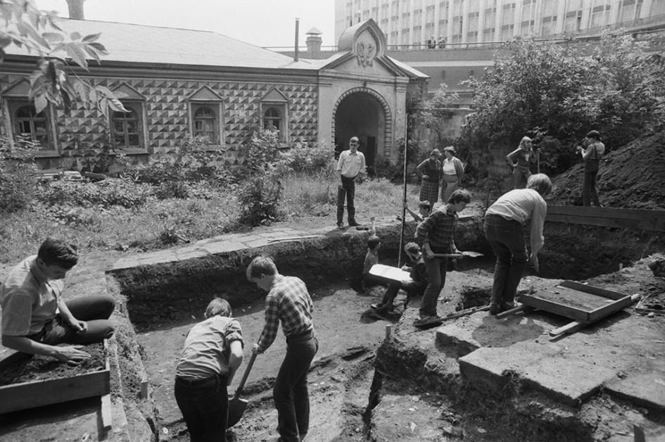 Раскопки ведутся в центре Москвы на территории филиала Государственного исторического музея «Палаты XV–XVII веков в Зарядье». Фото 1984 года