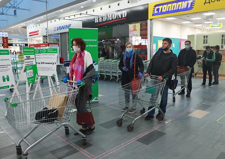 Покупатели в очереди на входе в магазин «Леруа Мерлен» в торговом центре «Тройка», открывшемся в рамках второго этапа снятия ограничительных мер, введенных из-за пандемии коронавируса COVID-19