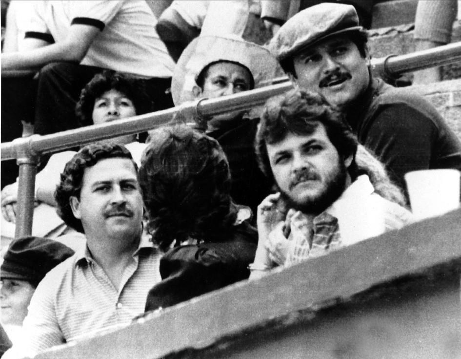 1983 год. Медельин, Колумбия. Наркобарон Пабло Эскобар(слева) наблюдает за футбольным матчем