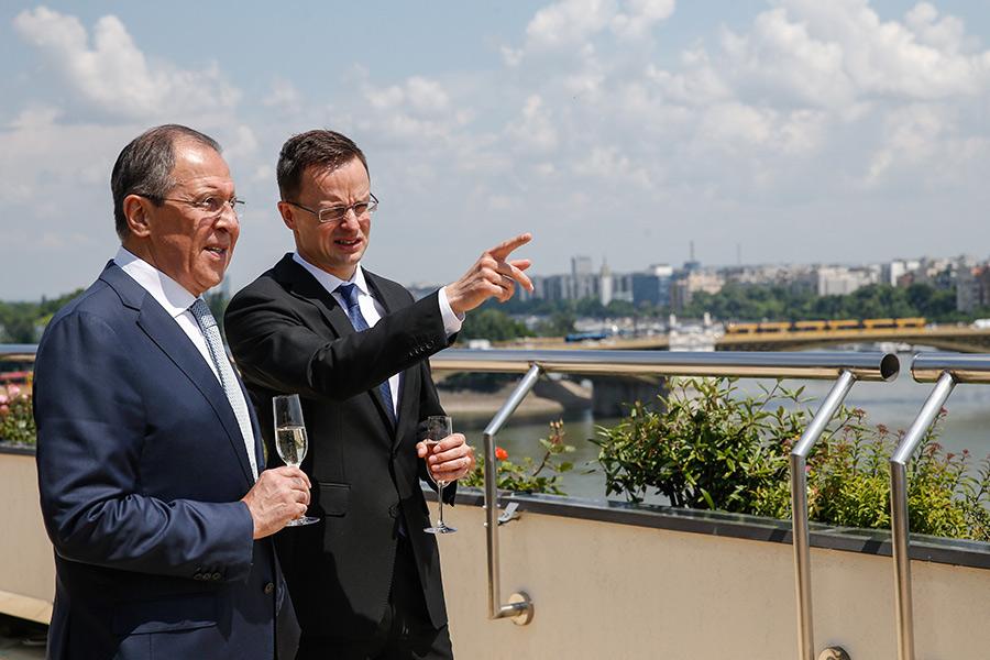 Сергей Лавров и Петер Сийярто (слева направо)