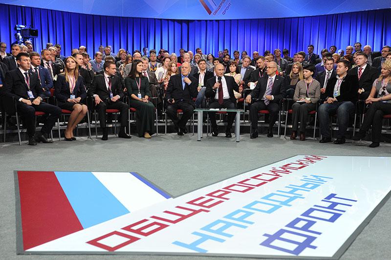 Президент России Владимир Путин (в центре) во время пленарного заседания I Медиафорума независимых региональных и местных средств массовой информации, организованного Общероссийским общественным движением «Общероссийский народный фронт» в Санкт-Петербурге