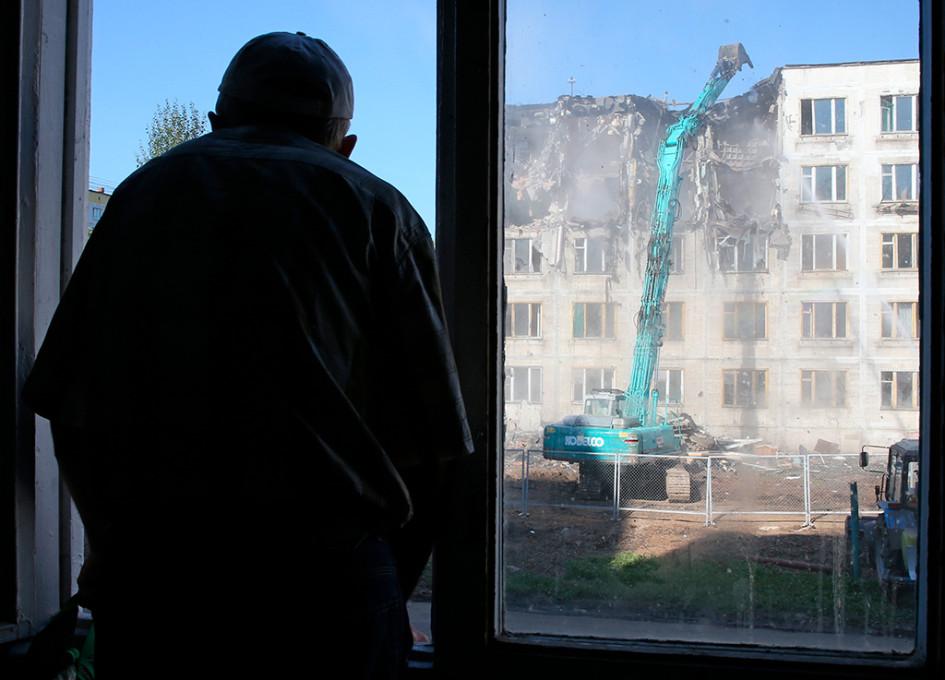 Вид на снос пятиэтажки в районе Медведково из окна соседнего дома