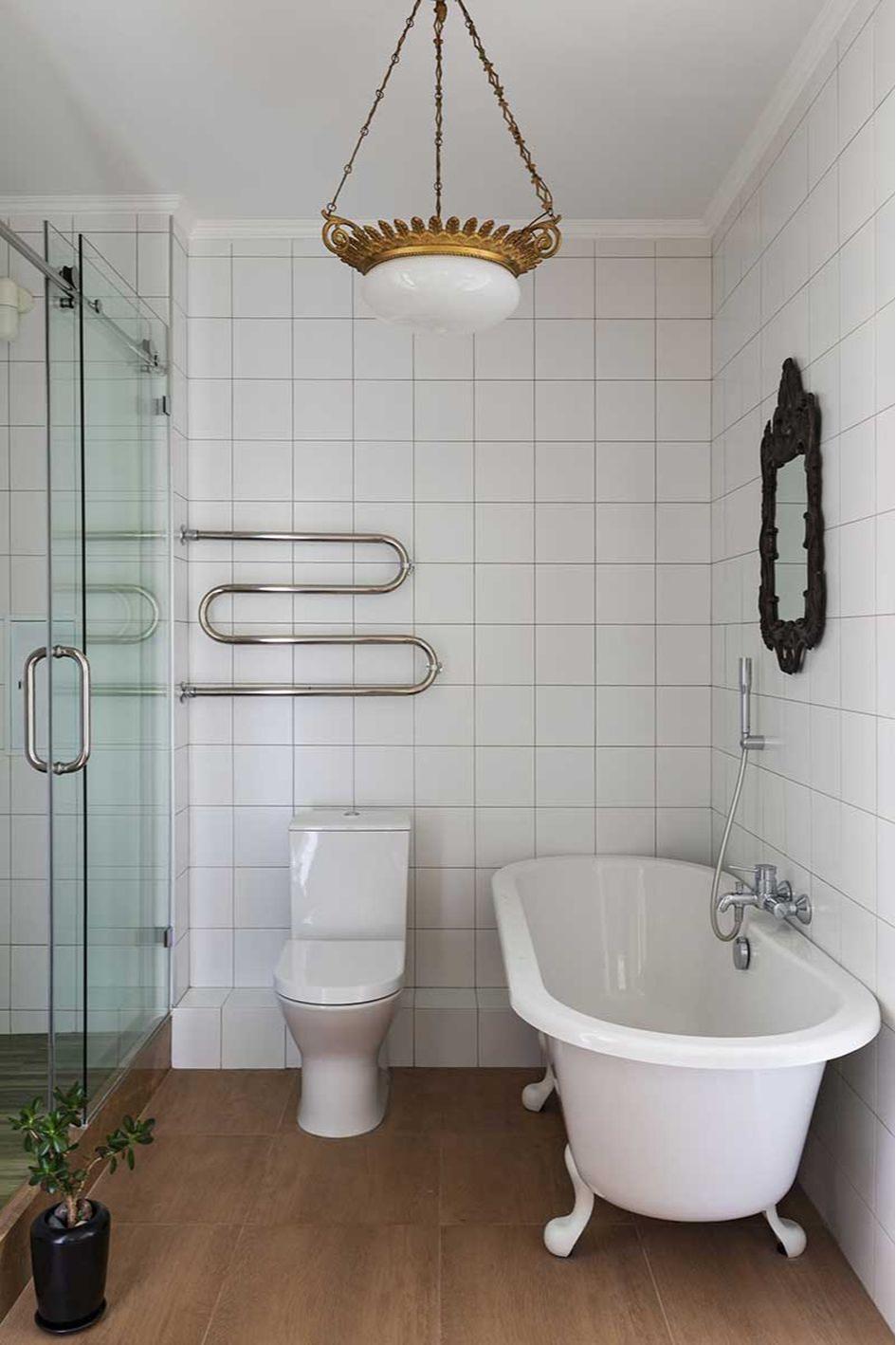 Отреставрированная люстра времен СССР в современной ванной комнате