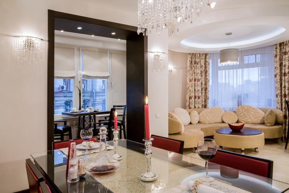 Редкий пример круглого интерьера в сталинском доме: здесь дизайнеры присоединили к квартире все три имеющиеся лоджии. В результате в гостиной образовался просторный эркер со скругленными стенами