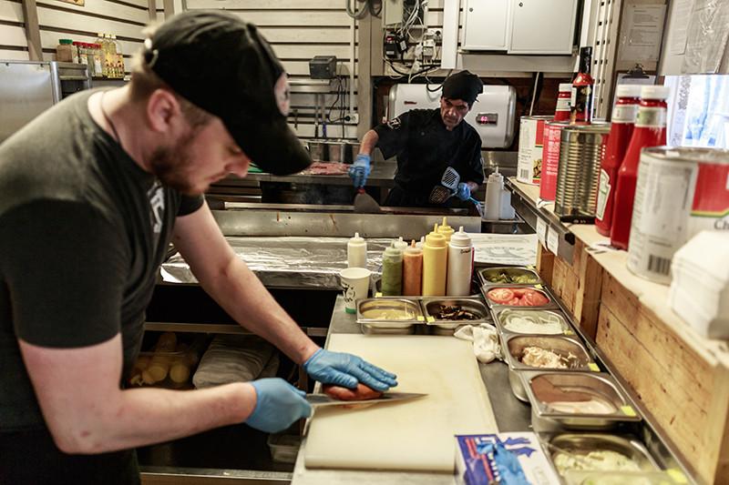 Приготовление бургеров водном иззаведений сети BB & Burgers