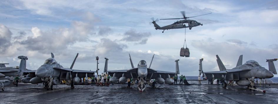 Военные самолеты на американском авианосце