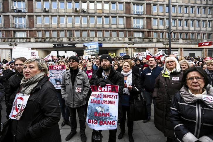 Польские домовладельцы, взявшие ипотеку в швейцарских франках, во время демонстрации около Национального банка в Варшаве, Польша. 28 февраля 2015 года