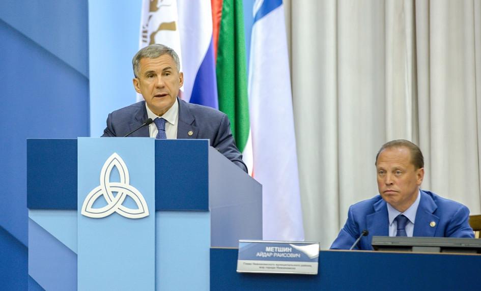Президент Татарстана Рустам Минниханов (слева) вместе с мэром Нижнекамска и членом совета директоров компании «Нижнекамскнефтехим» Айдаром Метшиным (справа)
