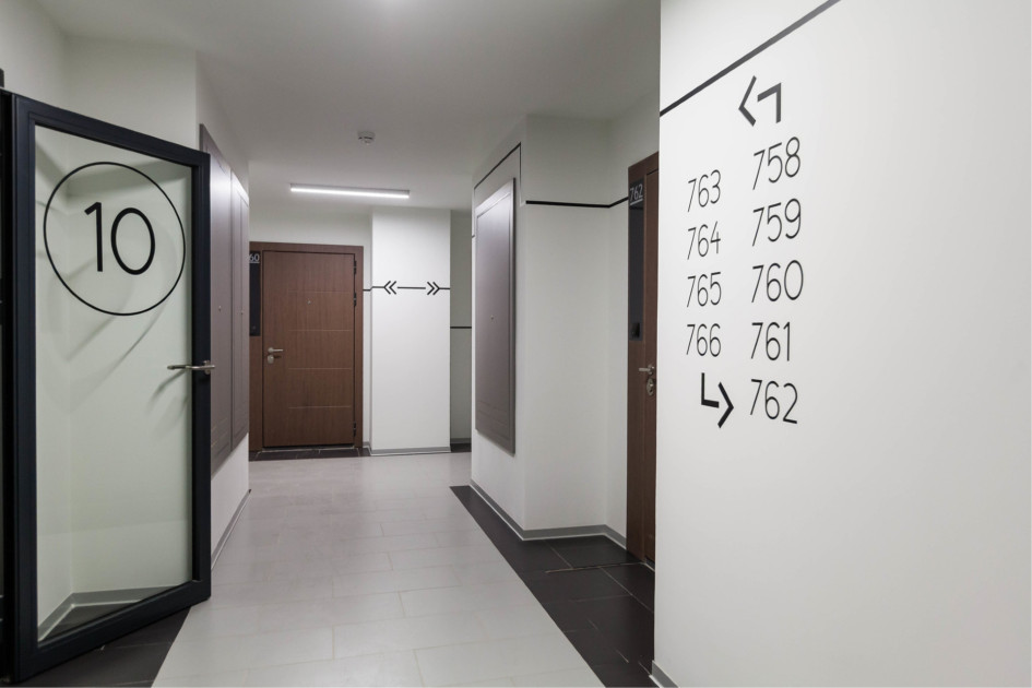 Как правило, в домах комфорт-класса вместо комнаты для консьержа проектируют ресепшен и отдельное закрытое помещение, где персонал может переодеться и отдохнуть
