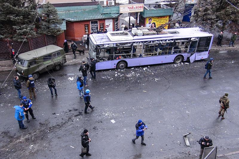 На месте обстрела троллейбуса и остановки общественного транспорта в Ленинском районе на юге Донецка