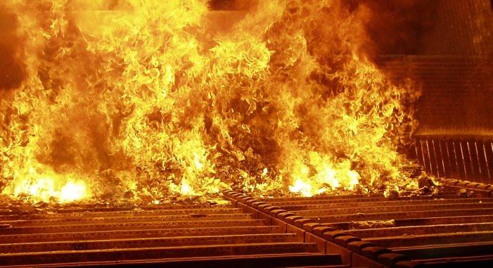 Экологи утверждают, что сжигание мусора в колосниковой печи устарело.