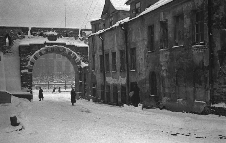 Проломные ворота в Китайгородской стене. Справа — бывшая немецкая пивная «У хромой собаки». Позднее на этом месте былЗападный вход в гостиницу «Россия»