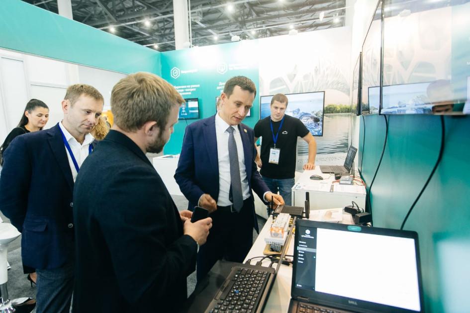 министр цифрового развития государственного управления, информационных технологий и связи РТ Айрат Хайруллин (справа)