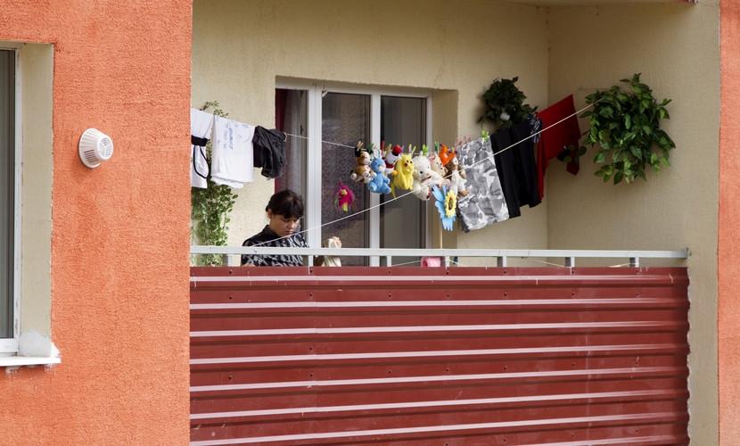 На балконе дома, построенного по Программе развития ООН
