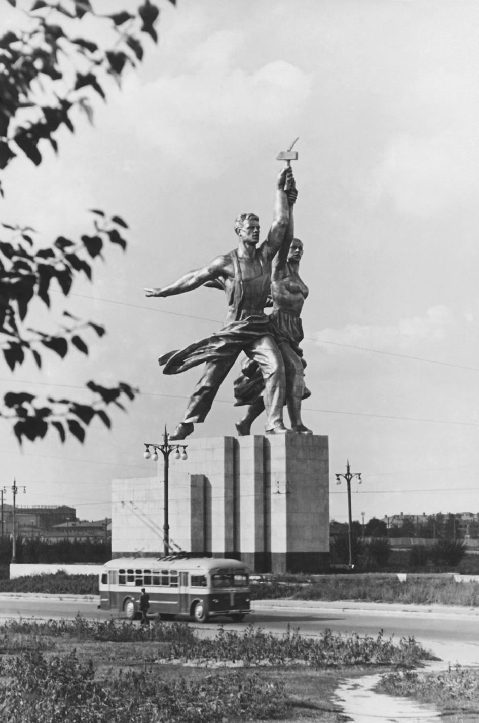Скульптура Веры Мухиной «Рабочий и колхозница» на территории Всесоюзной сельскохозяйственной выставки (ВСХВ)