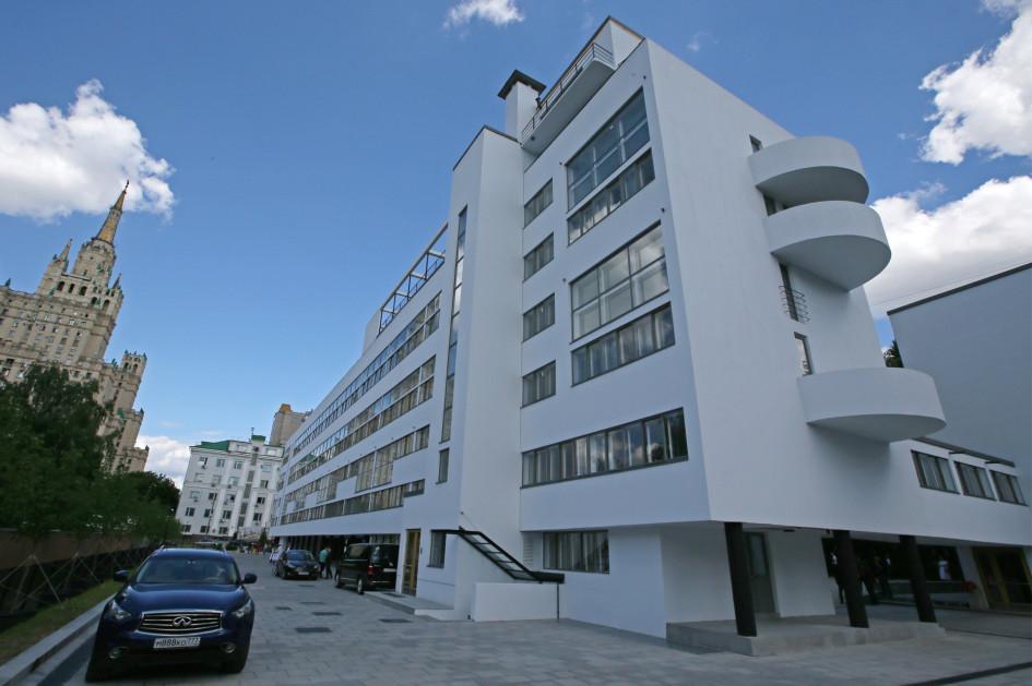 Дом Наркомфина на Новинском бульваре. Жилой дом-коммуна в стиле конструктивизма был построен в 1928–1930 годах для работников Народного комиссариата финансов СССР (Наркомфина). В конце 2016 года началась масштабная реставрация здания
