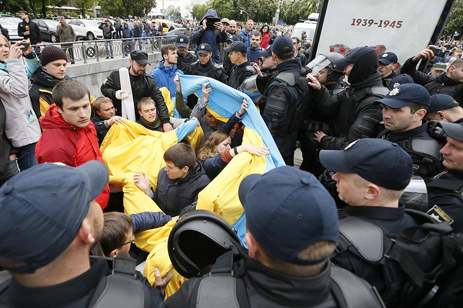 Полиция вКиеве блокируют националистов вовремя празднования Дня Победы