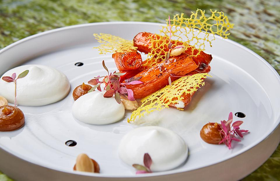 Карамелизированная вяленая морковь с муссом из козьего сыра и кремом из медовых фиников