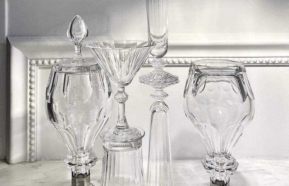 Декантеры для вина Harcourt, хрусталь, 91 950 руб.; Бокалы для шампанского Mille Nuits, хрусталь, 14 300 руб.; Стакан для воды Mille Nuits из набора из двух стаканов, хрусталь, 16 400 руб.